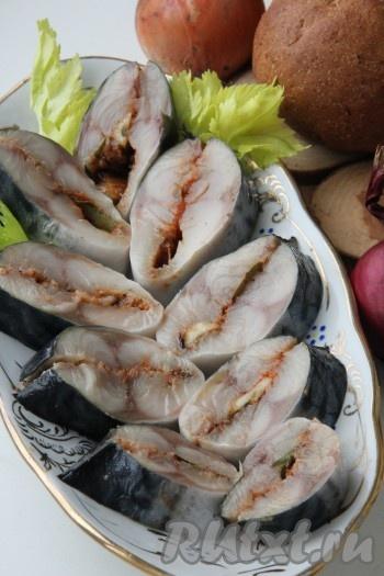 Отправить рыбу в морозильную камеру минимум на сутки. Достать перед употреблением, разморозить и подать к столу очень вкусную соленую скумбрию.