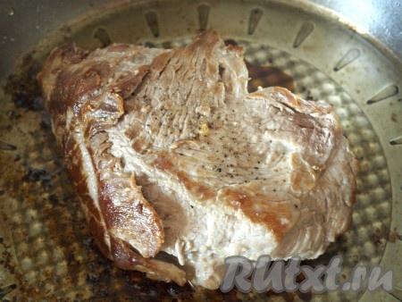 Целый кусок свинины, не разрезая на куски, моем, обсушиваем и обжариваем со всех сторон на сковороде на разогретом растительном масле до золотистой корочки. Солим и перчим по вкусу.
