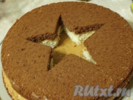 """На белый корж положить шоколадный корж со звездой, смазать бока торта """"23 февраля"""" кремом."""