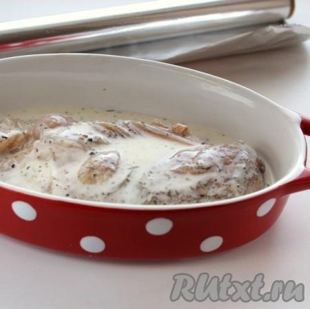 Филе вместе с кефиром переложить в форму, накрыть крышкой или закрыть фольгой и поставить в духовку, разогретую до температуры 200 градусов, на 20 минут.