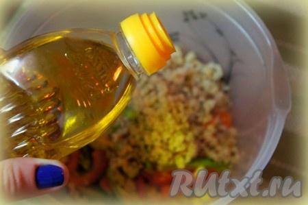 Добавить подсолнечное масло, тщательно перемешать.