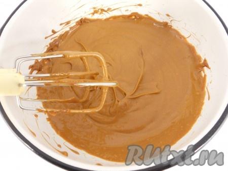 Сгущеное молоко взбить миксером с размягченным сливочным маслом и сметаной.