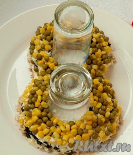 Далее смешиваем по 3 столовых ложки горошка и кукурузы. Оставшиеся 2 столовые ложки кукурузы пойдут на украшение салата. Не забываем покрыть майонезом.<br />