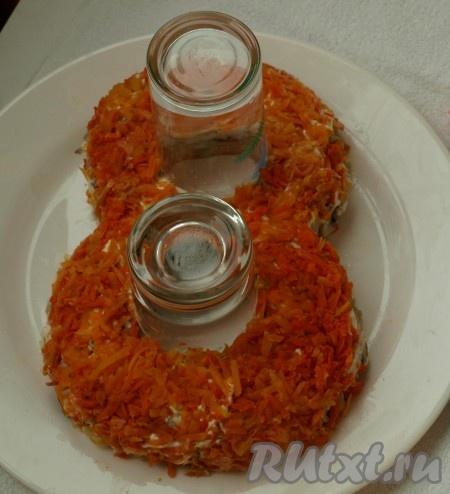 Натираем на тёрке морковь, выкладываем следующим слоем.<br />