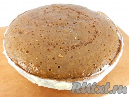 Также смазать и бока торта. Верхний корж не смазывать кремом.