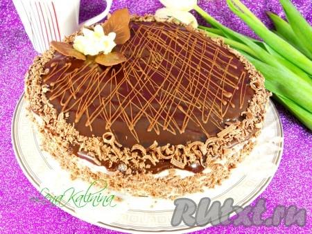 Шоколад (можно любой - молочный, черный) натереть на терке и обсыпать бока торта. Далее украсить по своему усмотрению. Торту дать настояться в холодильнике около 5-7 часов.