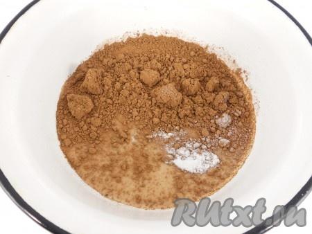Приготовить глазурь: в молоко добавить сахар, какао-порошок и ванильный сахар. Поставить на огонь, довести до кипения.