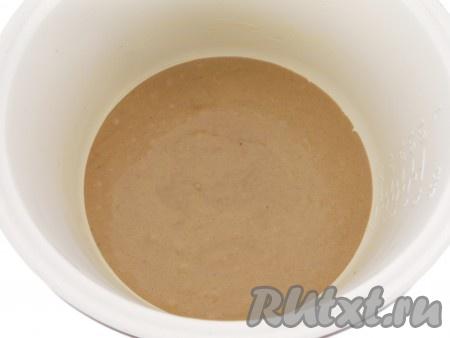Чашу мультиварки смазать немного маслом и вылить подготовленное тесто (тесто получается, как густая сметана).