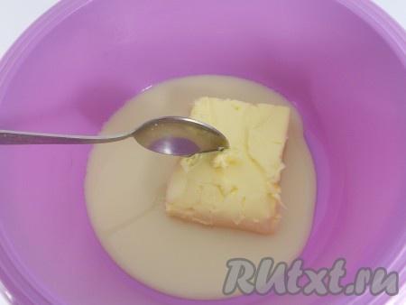 К сгущенному молоку добавить размягченное сливочное масло.