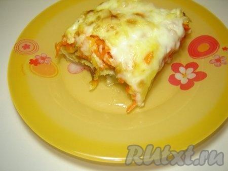 Запеченная рыба с сыром на тарелке