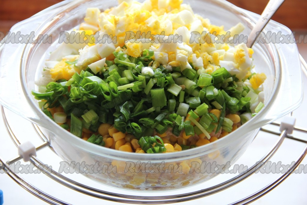 Салат из печени трески с кукурузой с