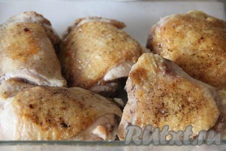 Сковороду раскалить на огне, добавить растительное масло и обжарить на нем нашу курицу со всех сторон до золотистой корочки. Чеснок почистить и раздавить слегка под прессом. Чеснок выложить на дно формы, в которой мы будем запекать курицу. На чеснок выложить обжаренные куриные части.