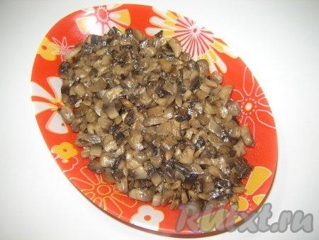 Выкладываем слой грибов на блюдо для салата