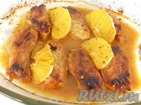 Запекать свинину с апельсинами в предварительно разогретой до 190-200 градусов духовке в течение 30-40 минут.