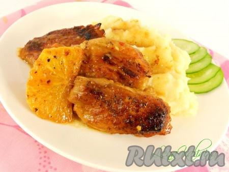 Готовую вкуснейшую свинину с апельсинами, приготовленную в духовке, подавать в горячем виде с картофелем или другим гарниром. Очень нежно и ароматно!