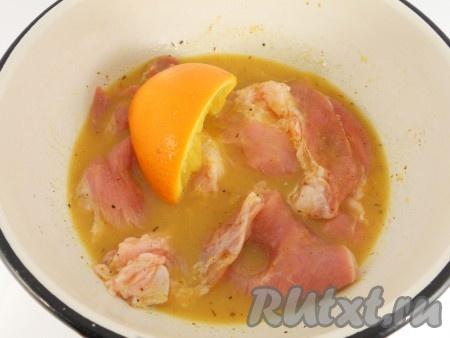 Выжать сок из апельсинов пол апельсина оставить). Залить соком мясо, перемешать.