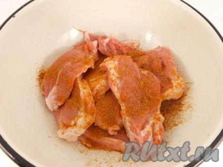 Мясо порезать продолговатыми кусочками. Посыпать специями и посолить.