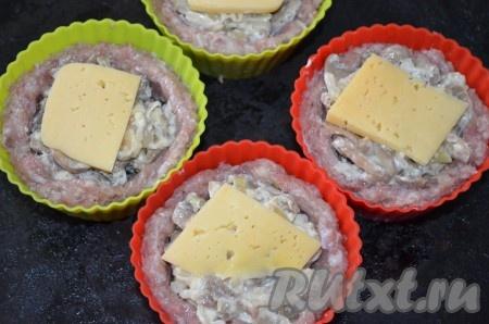 Оставшийся сыр порезать тонко или натереть по желанию) и выложить сверху на грибы. Поставить в разогретую до 200 градусов духовку на 25 минут.