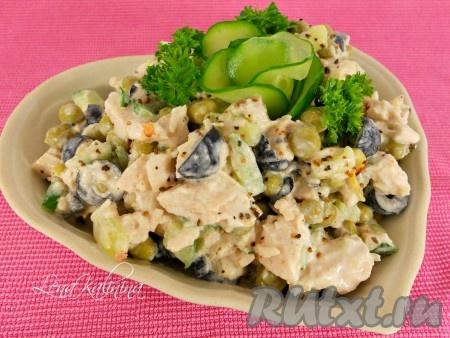 Выложить замечательный свежий и вкусный салат с куриным филе и огурцом в салатник, посыпать сверху немного смесью перцев, украсить зеленью. Подать салатик сразу же.