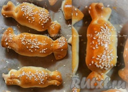 Сосиски, запеченные в слоеном тесте, получаются вкусными и сытными.