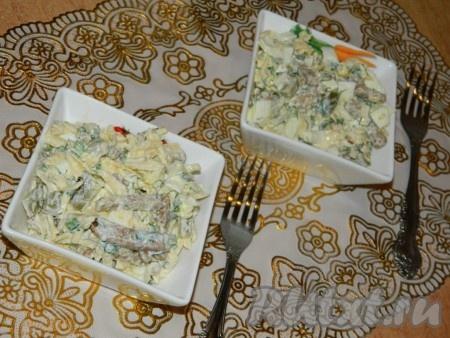 И сразу подаем сырный салат к столу, пока сухарики не пропитались майонезом.