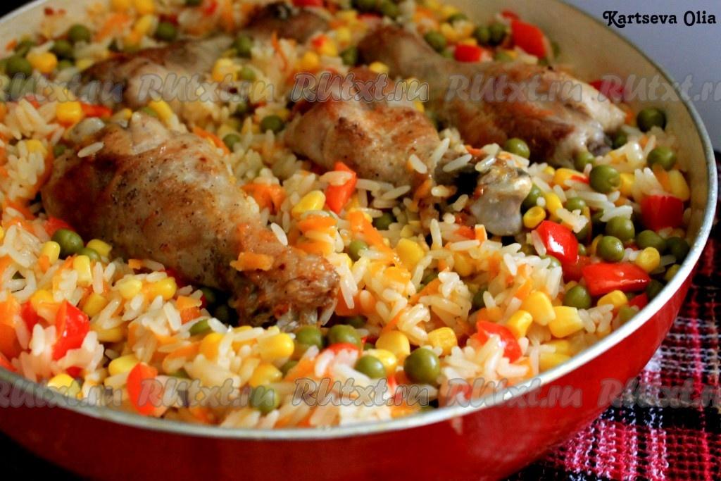 курица с овощами на сковороде с рисом