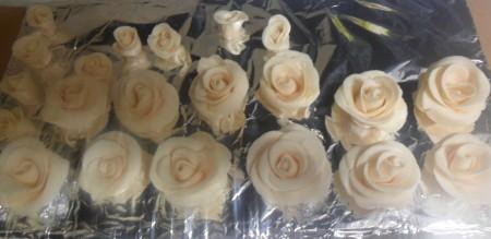 Нижнюю часть бутончиков нужно обрезать, так как они сильно высокие. Для заполнения пустого пространства между розами на торте сделайте и маленькие розочки. Я делала так: размеры оставались те же, просто лепестков было примерно 3-4 штуки.