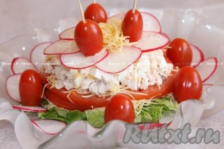 """При подаче салат из курицы и овощей полить заправкой, украсить черри. Непосредственно на столе салат """"Весеннее настроение"""" перемешивается - для удобства накладывания."""