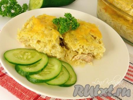 Подавать эту замечательную картофельную бабку, приготовленную в духовке, в горячем виде со сметаной, зеленью и овощами.
