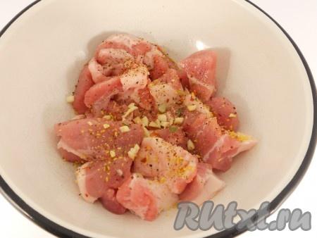 Свинину порезать небольшими кусочками, посолить, посыпать перцем и специями. Добавить измельченный чеснок, перемешать и оставить мясо на 30 минут.