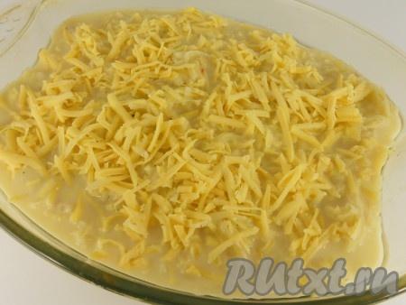 На мясо вылить картофельную массу. Посыпать сверху тертым сыром.