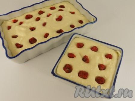 Такую запеканку можно готовить и в одной форме, и в маленьких порционных формочках.