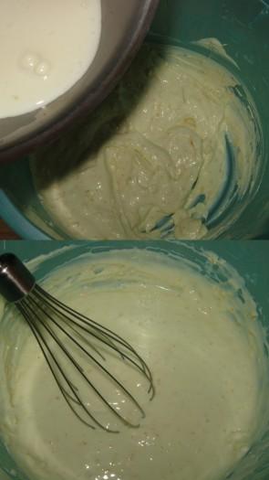 Затем раствор желатина слегка охладить и процедить, влить в творожную массу и все тщательно перемешать.