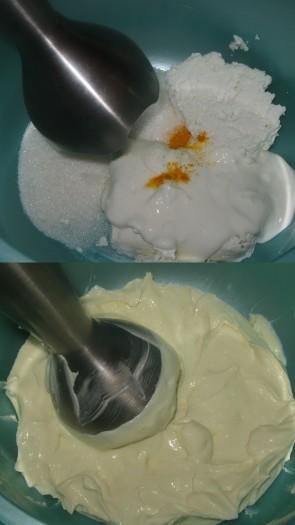 Творог, сметану, сахар и куркуму взбить блендером до однородной консистенции.