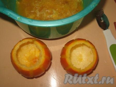 """Затем ложечкой для фруктов аккуратно вынуть мякоть в глубокую миску (мякоть апельсинов не выбрасывать - из неё можно сварить вкусный кисель!). Апельсиновые """"формочки"""" для десерта готовы!"""
