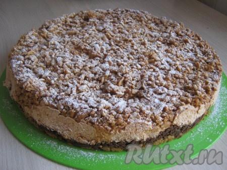 Посыпаем пирог сахарной пудрой через ситечко.