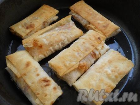 Обжарить лаваш с начинкой на сковороде, в достаточном количестве растительного масла, с двух сторон до румяного цвета (около 3-4 минут с каждой стороны).