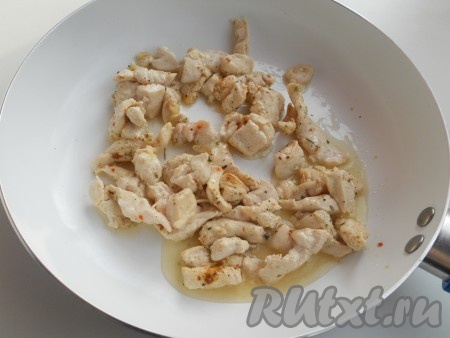 Куриное филе порезать небольшими кусочками, посолить, посыпать специями, обжарить на растительном масле в течение 5-7 минут на среднем огне.