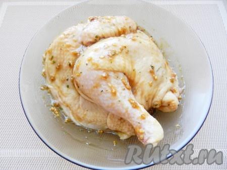 Цыпленка натереть подготовленной смесью и оставить на 1 час или более мариноваться.