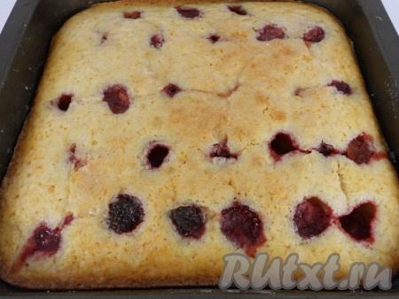 Выпекать пирог с замороженной клубникой в предварительно разогретой до 175 градусов духовке 10 минут, после чего температуру снизить до 160 градусов и выпекать еще 50 минут.{amp}#xA;