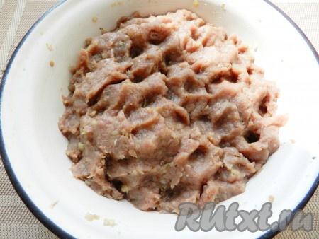 Добавить картофель в фарш, тщательно вымесить фарш руками.