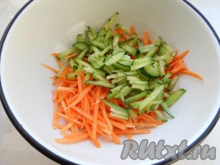 В глубокую миску натереть морковь на терке для корейской моркови, добавить порезанный огурец.