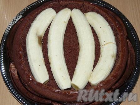 На дно коржа положить бананы.