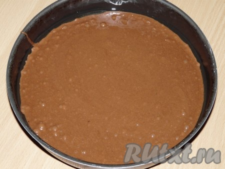 Соединить мучную и яичную смеси, всё перемешать ложкой. Вылить тесто в форму, смазанную растительным маслом. Поставить форму в заранее разогретую духовку.