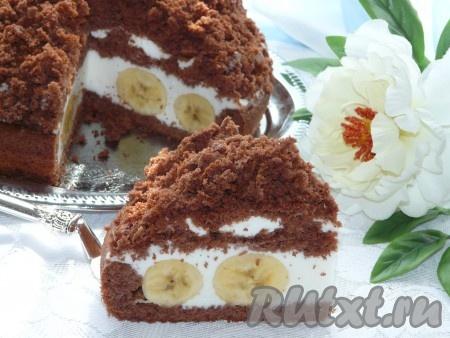 """Нежный и очень вкусный торт """"Норка крота"""" с бананами нарезать на кусочки и можно подавать к столу."""