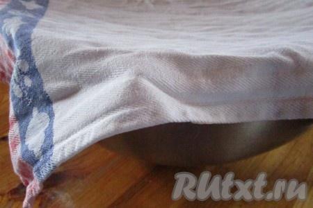 Опять накрываем миску полотенцем и ставим в тёплое место. Тесто снова должно увеличиться в объёме вдвое. Теперь на это уйдёт больше времени - от 1,5 до 3 часов. Можно успеть приготовить обед и, может быть, даже пообедать!<br />