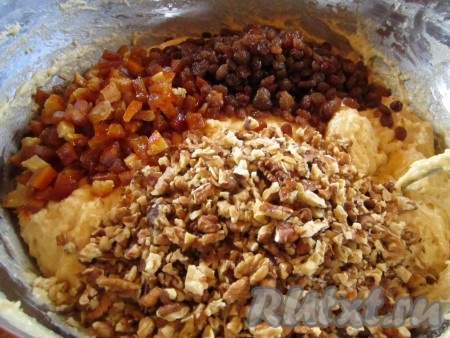 Добавляем изюм, цукаты и орехи и снова хорошо вымешиваем тесто.