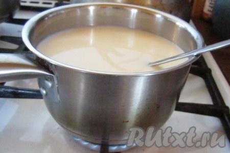 Начнём готовить куличи сразу после завтрака. Сперва достанем масло, чтобы оно успело размягчиться. Затем начнём готовить опару. На небольшом огне слегка подогреем молоко. Оно должно быть тёплое, но не горячее - примерно температуры тела (проверяем чистым пальцем), в слишком горячем дрожжи погибнут и тесто не поднимется!<br />