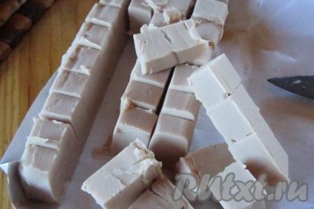 Дрожжи нарежем на кусочки и растворим в тёплом молоке.<br />