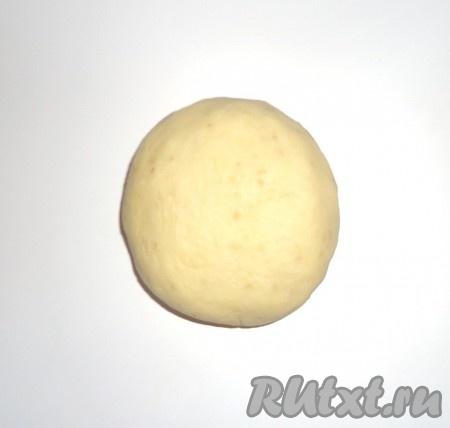 Добавить муку, замесить тесто (если тесто будет липнуть к рукам, нужно добавить ещё немного муки) и положить тесто в холодильник на 20-30 минут.